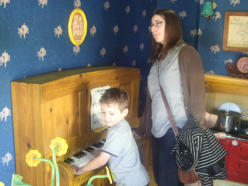 Ruthie and Mason playing the piano with the Three Little Pigs.